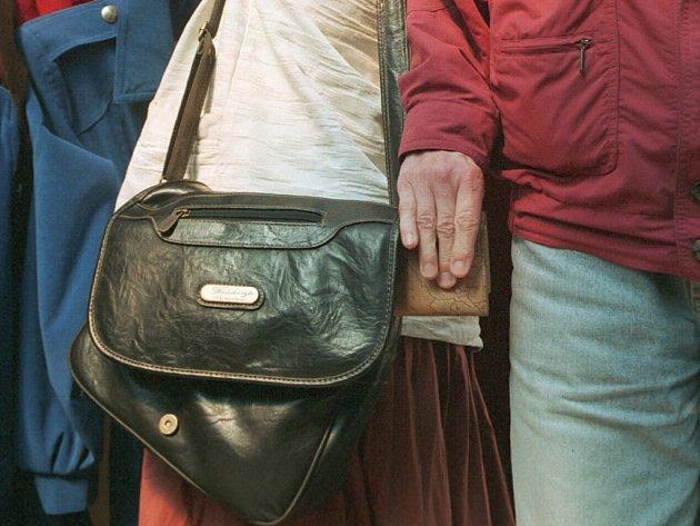 NEUSNADŇUJME práci kapsářům. Během úterý okradli hned čtyři cestující MHD v Liberci.