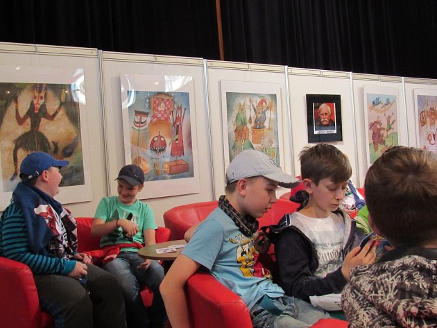 NA FESTIVALU se mohou děti nejen seznámit se spisovateli nebo ilustrátory, ale také se pobavit ve výtvarných dílničkách.NA FESTIVALU se mohou děti nejen seznámit se spisovateli nebo ilustrátory, ale také se pobavit ve výtvarných dílničkách.