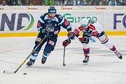 Utkání 9. kola Tipsport extraligy ledního hokeje se odehrálo 1. října v liberecké Home Credit areně. Utkaly se celky Bílí Tygři Liberec a HC Dynamo Pardubice. Na snímku zleva Petr Jelínek a Sacha Treille.
