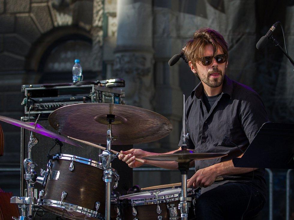 Pablo Held Piano Trio vystoupili se svým koncertem 13. července v rámci hudebního festivalu Bohemia Jazz Fest v Liberci. Na snímku Jonas Burgwinkel.