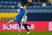 Zápas 8. kola první fotbalové ligy mezi týmy FC Slovan Liberec a 1. FC Slovácko se odehrál 25. září na stadionu U Nisy v Liberci. Na snímku Matěj Pulkrab (v modrém) a Stanislav Hofmann.