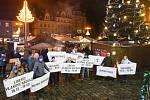 Akce se zúčastnila asi desítka dobrovolníků, kteří plakáty zvoucí na demonstraci a s výzvou k demisi premiéra rozvinuli na ruském kole.