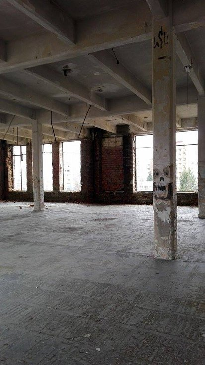 Kráter, zarostlý náletovými dřevinami, který zbyl po kdysi slavné liberecké Textilaně, stále chátrá. Aby v něm nepřespávali bezdomovci, zadělala se okna cihlami ve spodním patře budovy. Šikovní průzkumníci se však dovnitř dostanou.