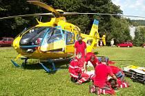 Záchranáři pacientku připravují k transportu vrtulníkem do Liberce.