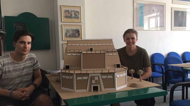 Žáci liberecké stavební školy  soutěží s modelem Národní knihovny vyrobené z lepenky.
