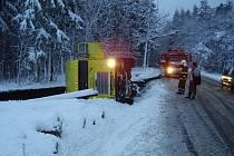 Na komunikaci v části Tuhaň – Zelené háje došlo k dopravní nehodě kamionu s návěsem.