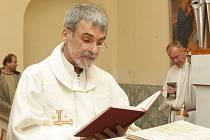 KOSTEL MÁ PO 30 LETECH NOVÉ VARHANY. Nové varhany posvětil svěcenou vodou hejnický kněz Miloš Raban, jako první nástroj vyzkoušel Lukáš Trykar.