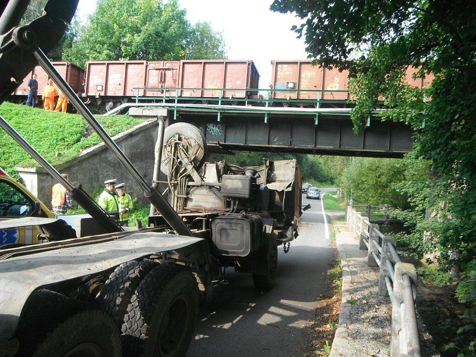 Nehoda nákladního vozu zastavila provoz na železniční trati ze Semil do Železného Brodu v pondělí po deváté hodině ranní. V moment nárazu se na viadukt řítil nákladní vlak. Ten ještě včas stihl zabrzdit a na most vjel malou rychlostí. Nehoda se naštěstí o