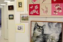 AUKCE nabídne například díla Václava Kocuma (horní foto) nebo liberecké výtvarnice Ivy Ouhrabkové v podobě skleněné plastiky (v levém sloupci).