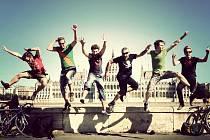 ANSELMO CREW. Worldmusic kapela z Maďarska udělá jednu zastávku v České republice, a to v Jablonci.