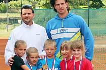 BABYTENISTÉ S TRENÉRY. Tenisová drobotina LTK Liberec, vlevo trenér Tomáš Trsek, vpravo Martin Zahrádka.