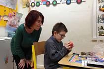 DEREK S MAMINKOU ve škole, kde se chlapec během měsíce zlepšil k nepoznání. Správný přístup s ním dělá zázraky.