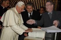 Papež se stal čestným občanem města Liberce a získal Libereckou městskou kartu s měsíčním předplatným na celou síť MHD Liberec.
