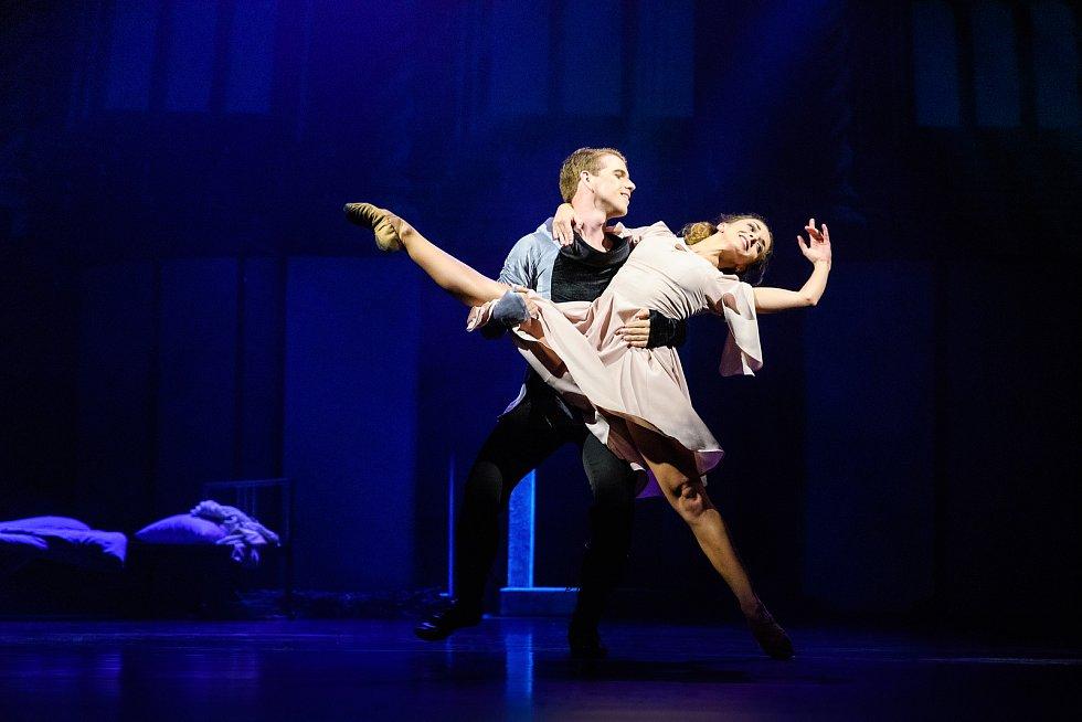Taneční psychologické drama na motivy pohádky Boženy Němcové a bratří Grimmů Sedmero krkavců nastudoval baletní soubor libereckého divadla.