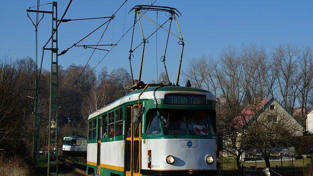 Loučení s tramvajemi typu T2R v Liberci. Na snímku u zastávky Kyselka.