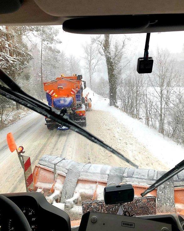 O 2122 km silnic v Libereckém kraji rozdělených do 59 okruhů se letos za společnost Silnice LK stará 150 řidičů, 35 dispečerů, 74 sypačů, 36 traktorů, několik fréz a další speciální stroje.