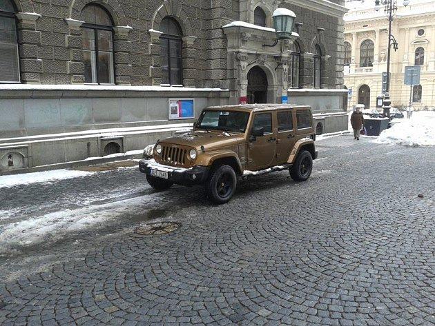 Martin Sepp se svým Jeepem zaparkoval v pěší zóně