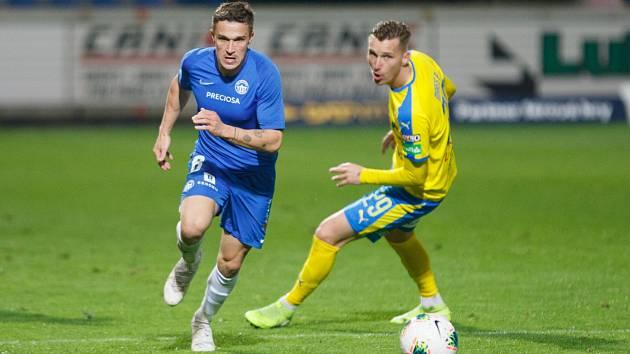 Liberec - Teplice 2:0. Na snímku liberecký Malinský (vlevo) se snaží uniknout Petru Marešovi.