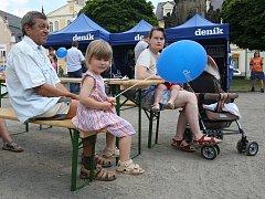 V Chrastavě se na Den s Deníkem přišlo podívat několik set místních obyvatel. Na hlavním pódiu probíhal bohatý doprovodný program, na kterém vystoupily například děti z místní základní školy.