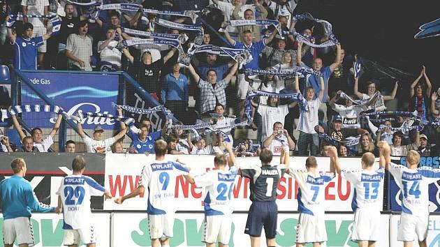 Hráči Slovanu po utkání děkují fanouškovskému kotli.