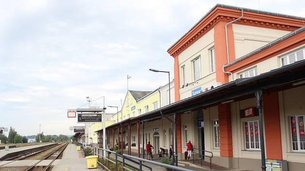 3. září byla slavnostně otevřená opravená výpravní budova nádraží v Turnově. Zázemí zde nalezne mimo jiné i pobočka pošty a v říjnu i městská knihovna.