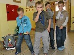 ANI UCPANÉ NOSY šenovským dětem nepomáhají proti silnému zápachu, kterým je zamořen prostor družiny ve zdejší základní škole.