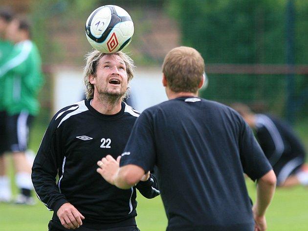TOMÁŠ ČÍŽEK (na snímku vlevo s číslem 22) na prvním tréninku Jablonce po návratu z Ruska v Doubravě.