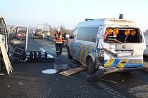 Policejní dodávku naboural projíždějící řidič. Na namrzlé silnici u Březiny nezvládl řízení svého automobilu.