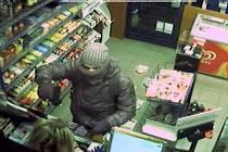 Ozbrojený lupič překvapil prodavačku v trafice v ulici 5. května. Namířil na ni pistolí, vzal si hotovost z pokladny a poté utekl.