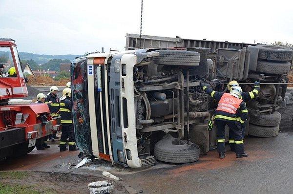 Převrácený nákladní automobil. Ilustrační foto.