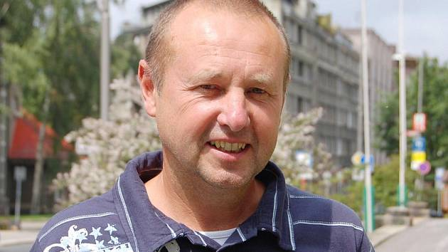 Trenér volejbalistek Miroslav Malán.