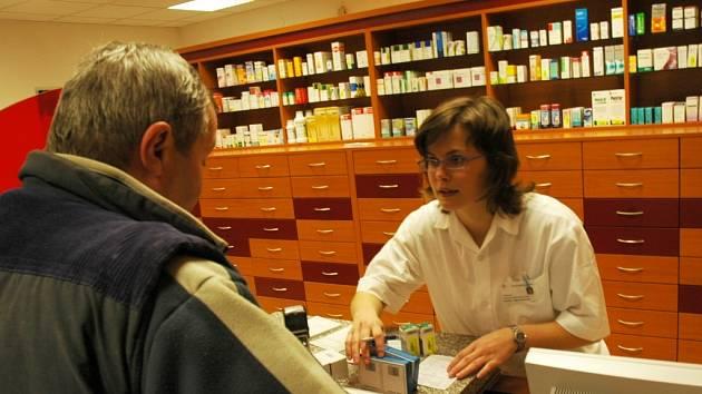 BOHATÝ SORTIMENT LÉKŮ. Nemocniční lékárna v pondělí přivítala první návštěvníky.