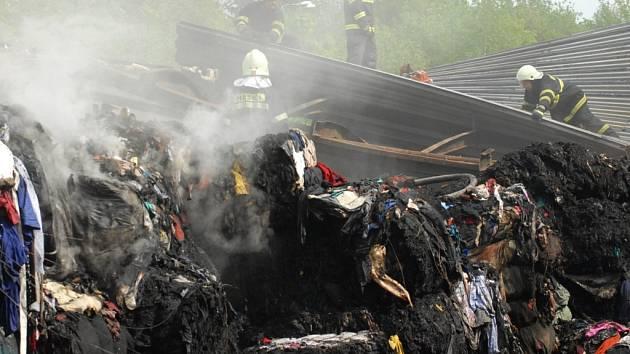 HOŘELO TŘI DNY. Požár nelegálně dovezeného odpadu v Dolní Řasnici zaměstnával desítky hasičů.