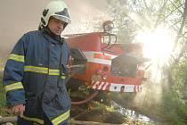 SKLÁDKA VZPLÁLA. Požár  černé skládky německého odpadu museli hasiči kvůli jedovatým výparům likvidovat  v dýchacích přístrojích. Místní se domnívají, že balíky textilu zapálil někdo úmyslně.