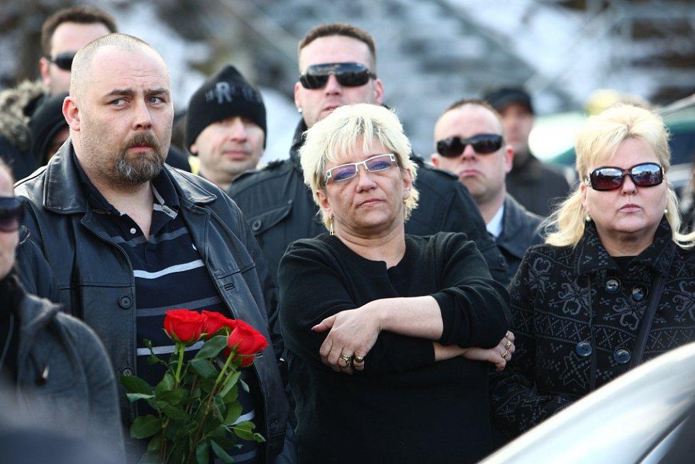 Pietní jízda za zavražděného taxikáře. Uprostřed majitelka Central taxi Alena Šťastná.