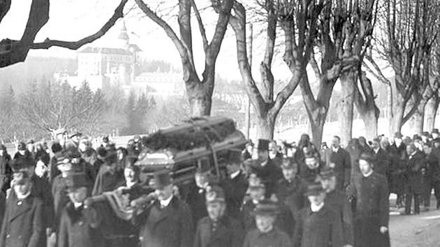 SMUTEČNÍ PRŮVOD. S hrabětem se loučily před 85 lety tisíce lidí. Rakev byla v hejnickém chrámu pro veliký nával vystavena ještě dva dny po pohřbu. V neděli si Hejnice připomenou šlechtice znovu.