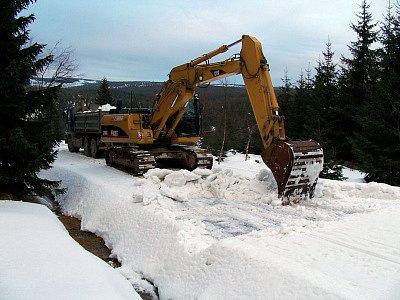 Jizerské hory vydávají svůj sníh pro vesecký areál. Správa Chránění kajinné oblasti Jizerské hory však vydala stanovisko, že při těžbě sněhu byl porušen zákon. Viníkovi nyní hrozí až dvou milionová pokuta.