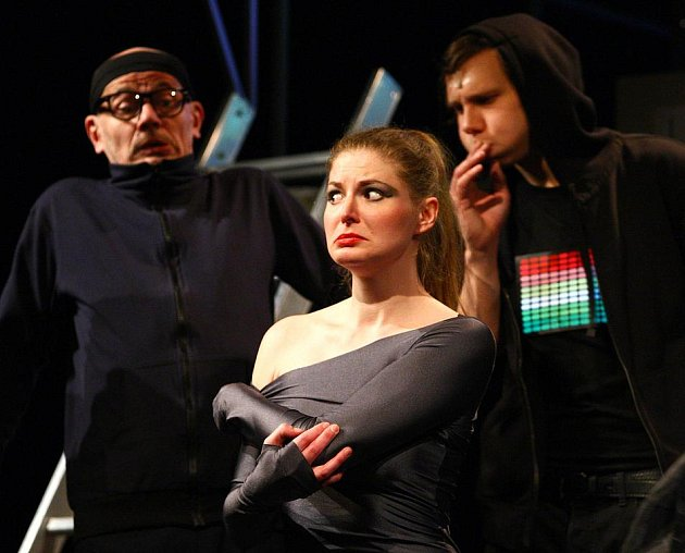 BABU A PAPOUŠEK. V první letošní premiéře  uvidí diváci celý soubor Naivního divadla.