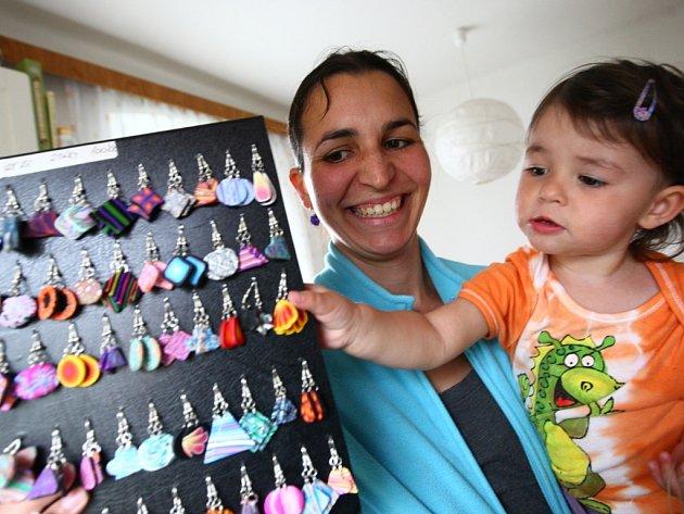 TEREZA PLÁŠILOVÁ ve svém barevném království. Hnacím motorem pro její úspěch byla v první řadě touha po tvorbě a relax při mateřské dovolené.
