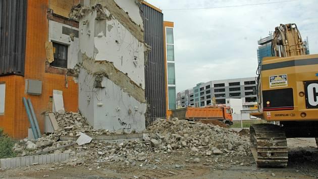 Demolice obchodního domu Tesco.