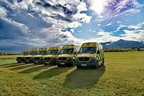 Šest nových vozů Mercedes v barvách Zdravotnické záchranné služby Libereckého kraje.