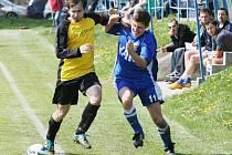 PLNO PRÁCE MĚLA STUDÁNKA S BRODEM. Nakonec se jí poštěstilo vyhrát těsně 3:2. Na snímku bojují o míč vlevo hostující Kotlár a domácí Lang.