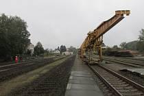 Z FRÝDLANTSKÉHO NÁDRAŽÍ zmizela část kolejí. Na ty zbývající vyjely místo vlaků pracovní stroje. V nedaleké Raspenavě již vyrostla nová nástupiště.