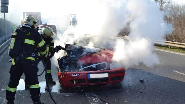V PLAMENECH skončila Škoda Octavia poté, co se na rychlostní komunikaci střetla s jiným vozem.