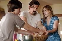 Do domu Kate Winslet se vnutí odsouzený trestanec, do kterého se během krátké doby zamiluje.