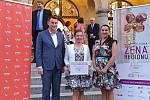Vítězkou 11. ročníku soutěže Žena regionu Libereckého kraje 2020 se stala Miluše Křupalová, trenérka asistenčních psů a sociální pracovnice (na snímku uprostřed).