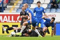 obránce Slovanu Jan Mikula vyváží míč ze skrumáže v utkání s Baníkem, se kterým Liberec remizoval 0:0.