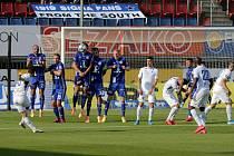 Liberecký záložník Achmed Alibekov právě střílí druhý gól Liberce, který se nakonec ukázal být vítězným.
