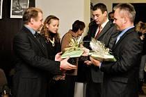 Při zahájení výstavy předal starosta Hrádku nad Nisou Martin Půta (druhý zprava) Jaromíru Dolanskému z Hand for Help (vlevo) knihu starých pohlednic Chrastavy.