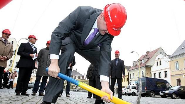 Rekonstrukce náměstí zahájil vlastníma rukama i starosta města Martin Půta.